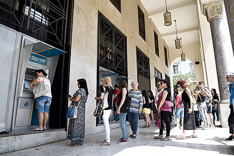 Griechen stehen Schlange vor einem Geldautomaten