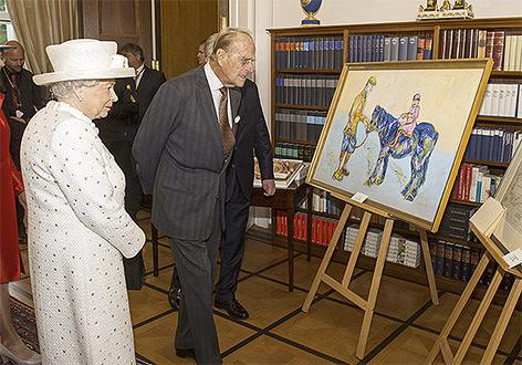 Queen Elizabeth und Prinz Philip betrachten ein Gemälde mit einem blauen Pony