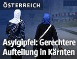 Zwei Frauen mit Kopftuch in einem Asylantenheim