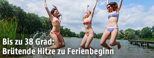 In die Luft springende Damen im Bikini