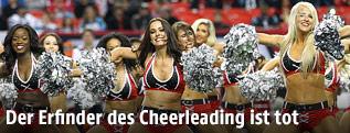Cheerleader während eines Football-Spiels