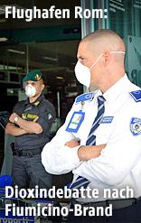 Flughafenangestellte mit Schutzmaske