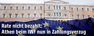 EU-Flagge vor Parlament