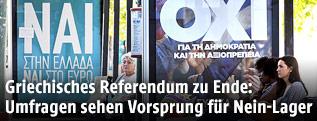 Zwei Anzeigen an einer Busstation werben für ein Ja und Nein