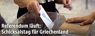 Griechin bei der Stimmabgabe im Wahllokal