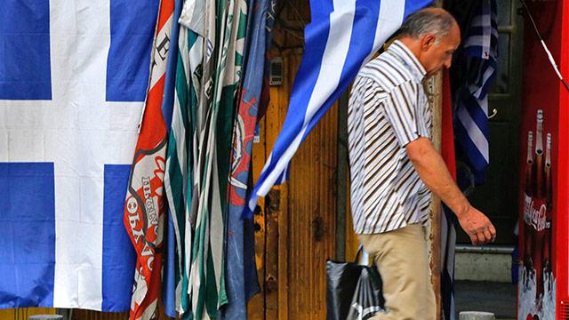Passant vor einer griechischen Flagge