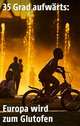 Kind auf einem Fahrrad im Gegenlicht