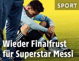 Lionel Messi sitzt enttäuscht auf dem Boden