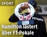 Rückenansicht von Lewis Hamilton (GBR/Mercedes) mit der Trophäe von Schanghai