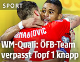 Marko Arnautovic und Rubin Okotie umarmen sich (beide ÖFB)