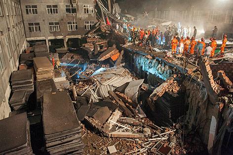 Eingestürztes Fabriksgebäude in Wenling (China)