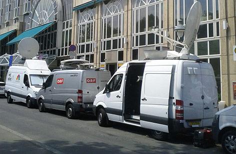 Medienandrang vor dem Palais Coburg