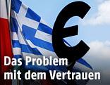 Euro-Skulptur vor einer griechischen Flagge