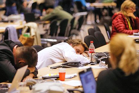 Schlafende Journalisten am EU-Sondergipfel