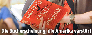 """Mann liest das Buch """"Go set a watchman"""""""