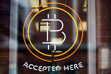 """""""Bitcoins accepted here"""" Zeichen vor einem Lokal"""