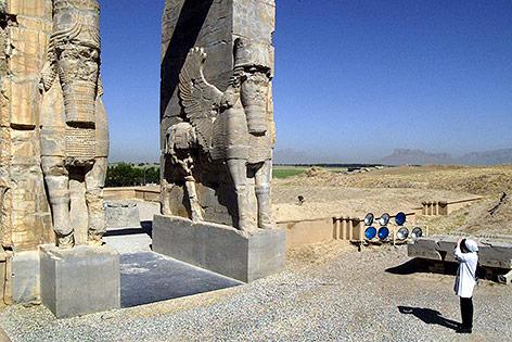 """Tourist fotografiert """"Das Tor der Nationen"""" in Persepolis im Iran"""
