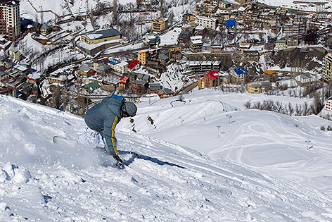 Snowboarder im Skiort Shemshak im iranischen Elburs Gebirge