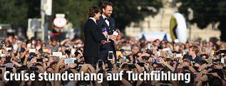 Schauspieler Tom Cruise inmitten von Hunderten Fans