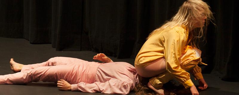 Elina Pirinen sitzt auf dem Kopf ihrer Tänzerkollegin