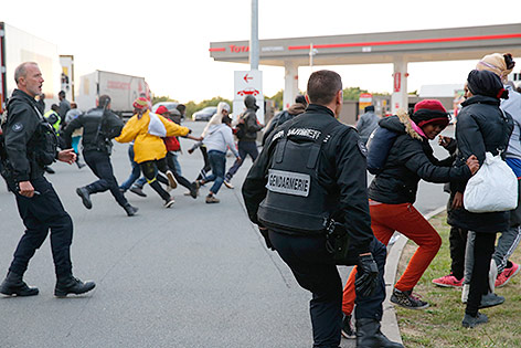 Flüchtlinge flüchten vor der französischen Polizei