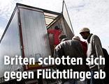 Flüchtlinge steigen in den Laderaum eines Lkws um illegal nach Großbritannien zu gelangen