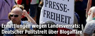 """Schild mit der Aufschrift """"R.I.P. Pressefreiheit"""" bei einer Demonstration in Berlin"""