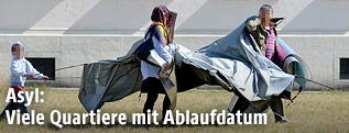 Flüchtlinge mit einem Zelt in Traiskirchen