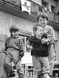 Flüchtlingskinder aus Bosnien in einem vom Rotem Kreuz und der Stadt Wien errichteten Zeltlager in Wien-Donaustadt