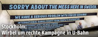 Banner über einer Rolltreppe in einer U-Bahn-Station