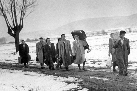 Ungarische Flüchtlinge im November 1956 auf dem Weg nach Österreich
