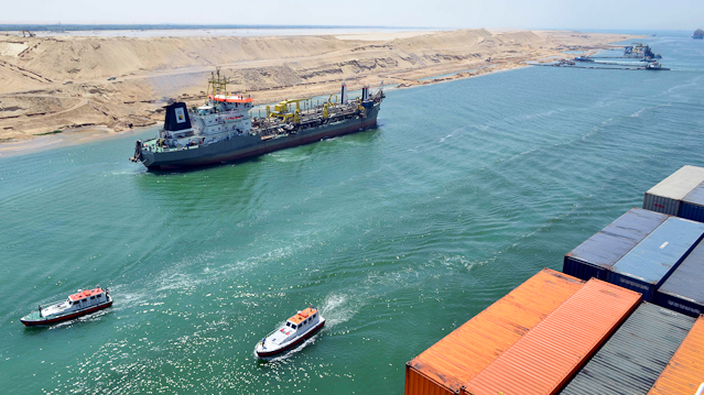 Frachter im Sueskanal