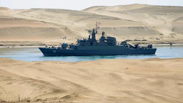 Kriegsschiff im Sueskanal