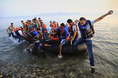 Syrische Flüchtlinge im Boot vor der Küste von Kos