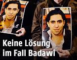 Demonstranten halten Fotos von Raif Badawi
