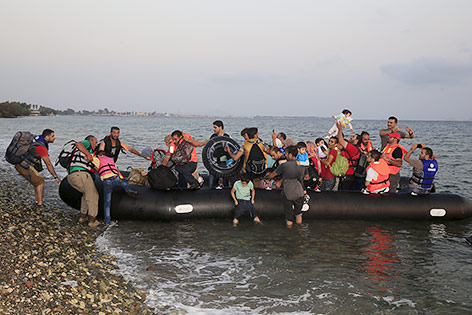 Flüchtlinge verlassen ein Boot