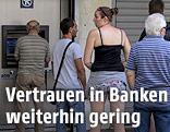 Schlange vor einem Bankomaten