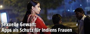 Indische Frau bei Busstation
