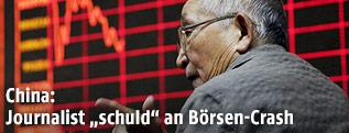 Chinesischer Geschäftsmann vor dem Börsenindex in Peking
