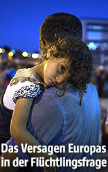 Flüchtlingsszene aus Piräus, Griechenland: Kleines Mädchen wird von einem Mann getragen