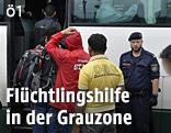 Flüchtlinge besteigen einen Bus