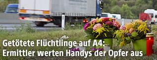 Blumen und Kerzen am Rand der Autobahn A4