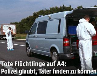 Mitarbeiter der Spurensicherung neben dem abgestellten Lkw, in dem die Flüchtlinge gefunden wurden