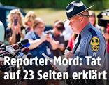Ein Polizist spricht vor der Presse