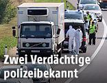Kriminalisten untersuchen auf der A4 den Lkw mit toten Flüchtlingen