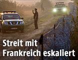 Polizisten am Grenzzaun an der Grenze von Ungran