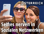 Zwei junge Frauen machen ein Selfie