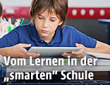 Schüler mit Tablet in der Klasse