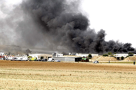Schwarzer Rauch steigt nach einer Explosion auf