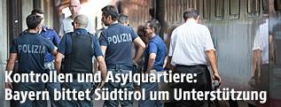 Italienische Einsatzkräfte der Polizei am Bahnhof Brenner